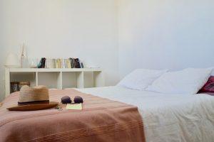 amenajare dormitor mic - culori luminoase